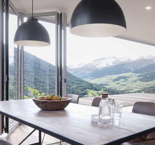 Okna balkonowe harmonijkowe – kiedy warto z nich skorzystać?